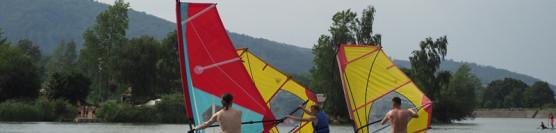 Galeria zdjęć / Event nad jeziorem z windsurfingiem.